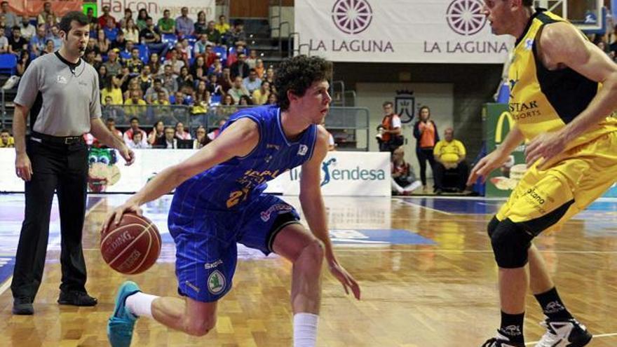 Oriol Paulí y Levi Rost en el partido entre el Canarias y el Gran Canaria (EFE)