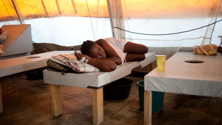 Diciembre de 2012. La epidemia de cólera ha regresado a raíz de los huracanes Isaac y Sandy que han revelado la fragilidad del sistema de salud. Los pacientes son tratados en tiendas de campaña lejos del área principal del hospital. Unidad de Tratamiento de Cólera en Leogane. Fotografía: Emilie Régnier