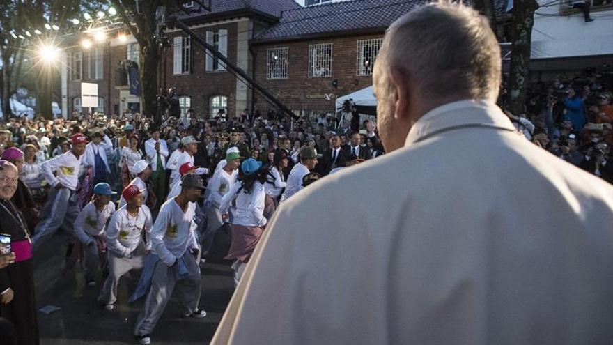 El Papa se reúne hoy con Santos y celebra su primera misa en Colombia