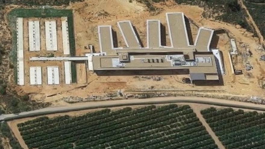 Imagen aérea del hospital ya terminado. Abajo, parte del camino rural que debería ser su carretera de acceso.
