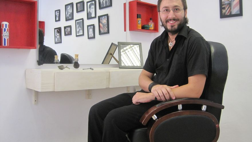 Juan Antonio Aguilar ha recuperado en `La Barbería´ las técnicas artesanales del oficio de peluquero.