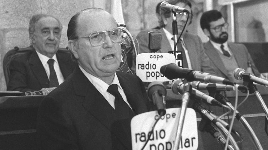 (7-junio-1982) El candidato a la presidencia de la Xunta de Galicia Gerardo Fernández da lectura a su programa durante la sesión de investidura en la sede del Parlamento gallego.