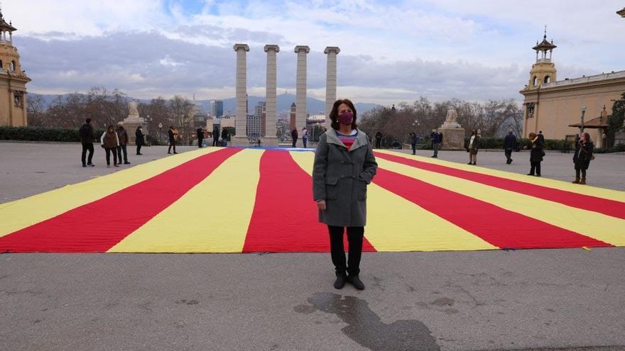 Archivo - La presidenta de la ANC, Elisenda Paluzie, en una acción en la que han desplegado una 'estelada' en las fuentes de Montjuïc de Barcelona