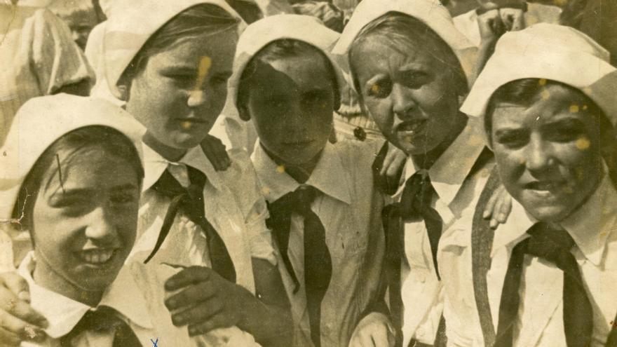María Antonia Reyes con Francisca Santamaría, Esther Cerra, Pilar Vázquez y Pilar del Sol vestidas de enfermeras, en la fiesta de la Aviación de Krasnividovo de 1939.