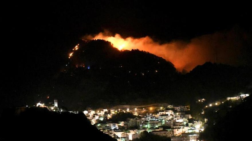 Sigue activo el incendio de Casares (Málaga), con 10 viviendas desalojadas