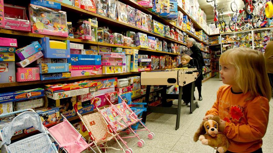 Un menor número de juguetes mejora la calidad de juego de niñas y niños