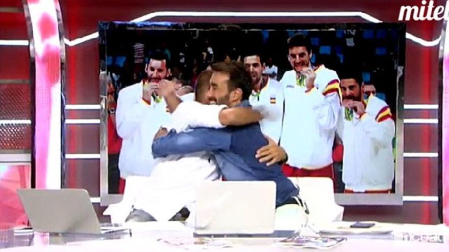 Bromas y abrazo en Cuatro de Carreño y Castaño tras competir en la radio