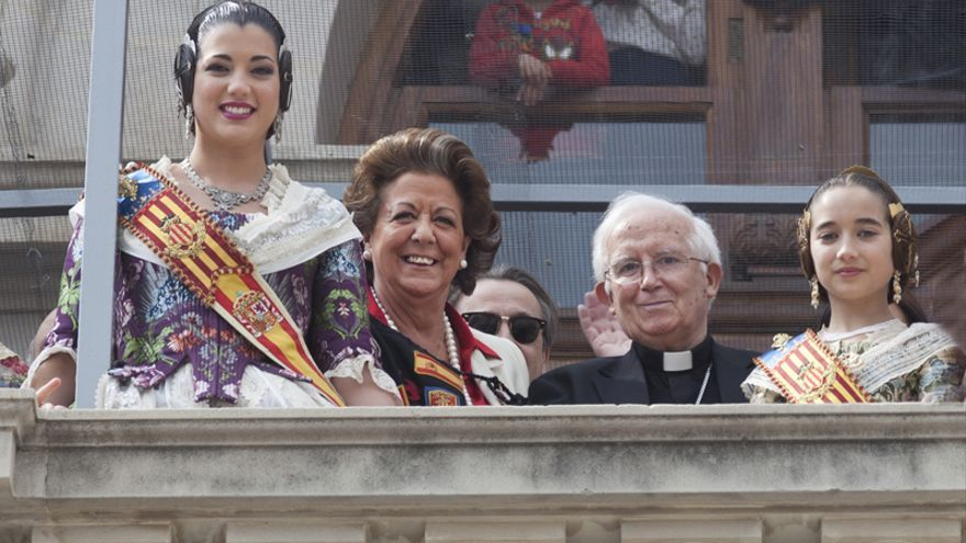Rita Barberá junto al cardenal Antonio Cañizares en el balcón del ayuntamiento de Valencia
