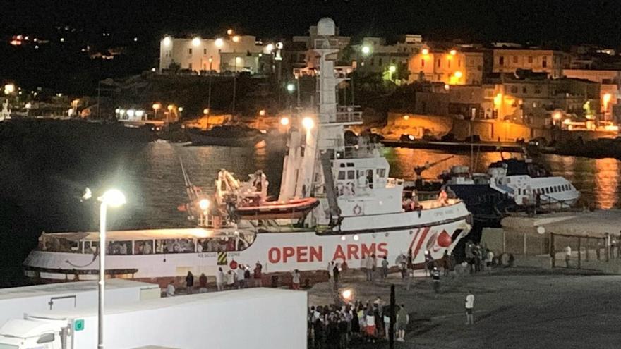 El barco humanitario español 'Open Arms', con migrantes a bordo, llega a la isla de Lampedusa, al sur de Italia, el 20 de agosto de 2019.