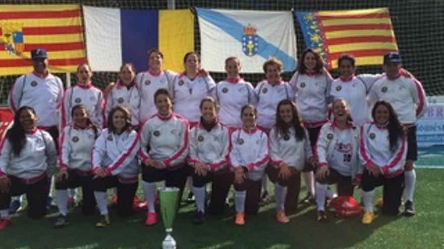 El equipo femenino senior de sófbol Lions, del Club de Béisbol Capitalinos de Gran Canaria,