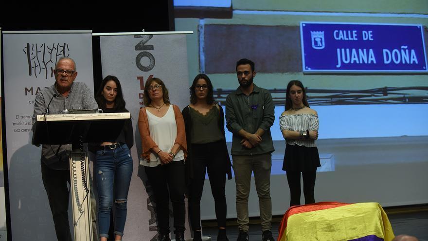 El hijo de Juana Doña, Alexis Mesón Doña, junta a su hija y nietos en un momento del homenaje. / Fernando Sánchez.