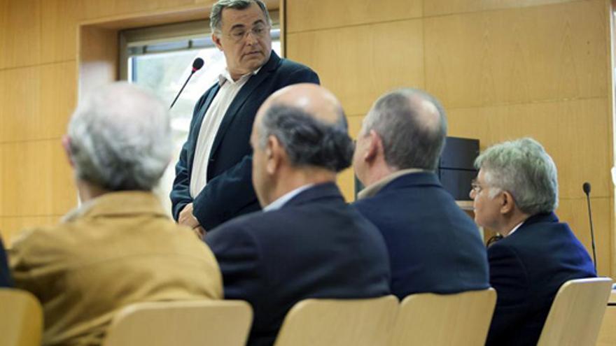 Carlos González Pérez (en pie), este viernes, en la Audiencia Provincial de Santa Cruz de Tenerife. (EFE/Ramón de la Rocha)