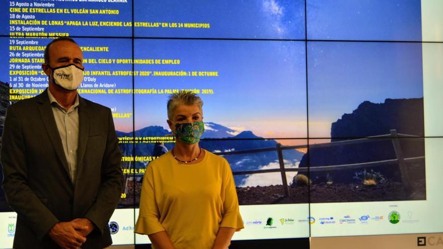 Raúl Camacho, consejero de Deportes y Turismo del Cabildo de La Palma, y Ana Castañeda, técnico del área de Turismo, en la presentación de 'Astrofest'