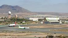 Un avión de Binter Canarias y otro de Iberia Express, en el Aeropuerto de Gran Canaria (ALEJANDRO RAMOS)