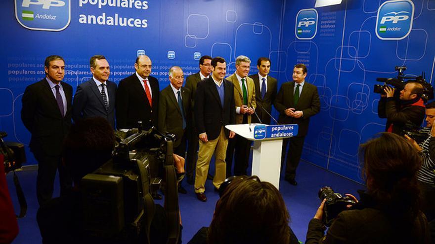 Juan Manuel Moreno Bonilla durante la presentación de su candidatura, rodeado de los barones del PP-A