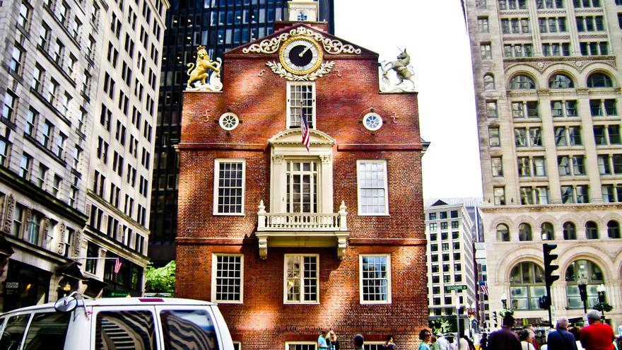 El reflejo de los rascacielos ilumina la fachada de la Old State House, sede del gobierno colonial de la Boston anterior a la independencia. Viajar Ahora