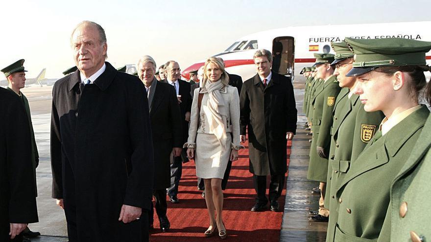 Juan Carlos I, junto a Corinna Larsen, en un viaje privado a Alemania en febrero de 2006