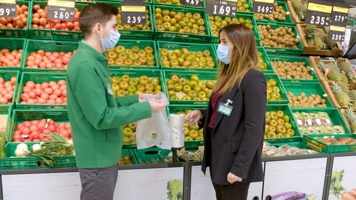 Dos trabajadores de Mercadona con las nuevas bolsas compostables