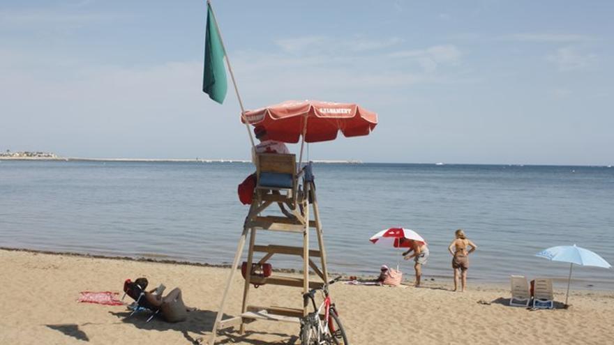 Un socorrista vigila a los bañistas en la playa de Dénia
