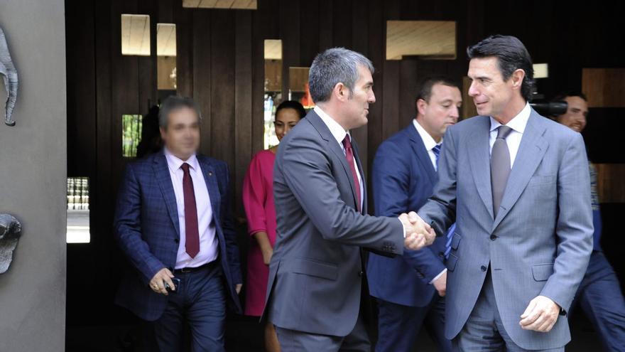 El presidente del Gobierno de Canarias, Fernando Clavijo, saluda al ministro de Industria, Energía y Turismo, José Manuel Soria.