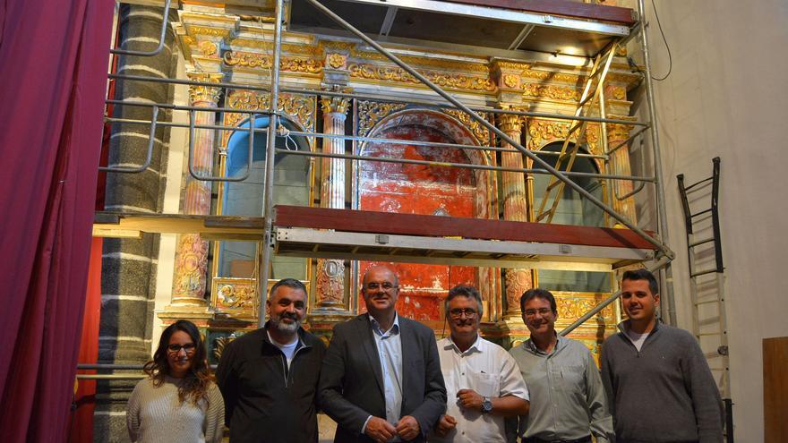 Un momento de la visita a las obras de restauración del retablo del Calvario de la iglesia de Puntallana.