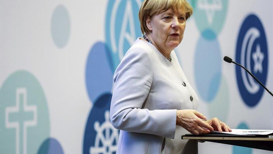 Merkel desafía sondeos y gritos hostiles en dura campaña electoral berlinesa