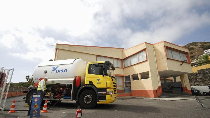 Operario de DISA programando la descarca de GLP (Gas Licuado del Petróleo) en Colegio Princesa Arecida