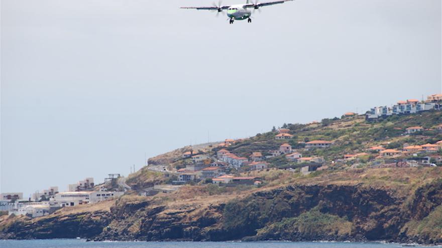 Avión de Binter aterrizando en el Aeropuerto de Madeira