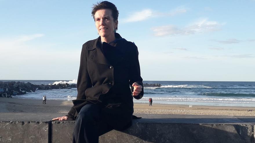 Bunny McDiarmid frente a la playa Zurriola de San Sebastián