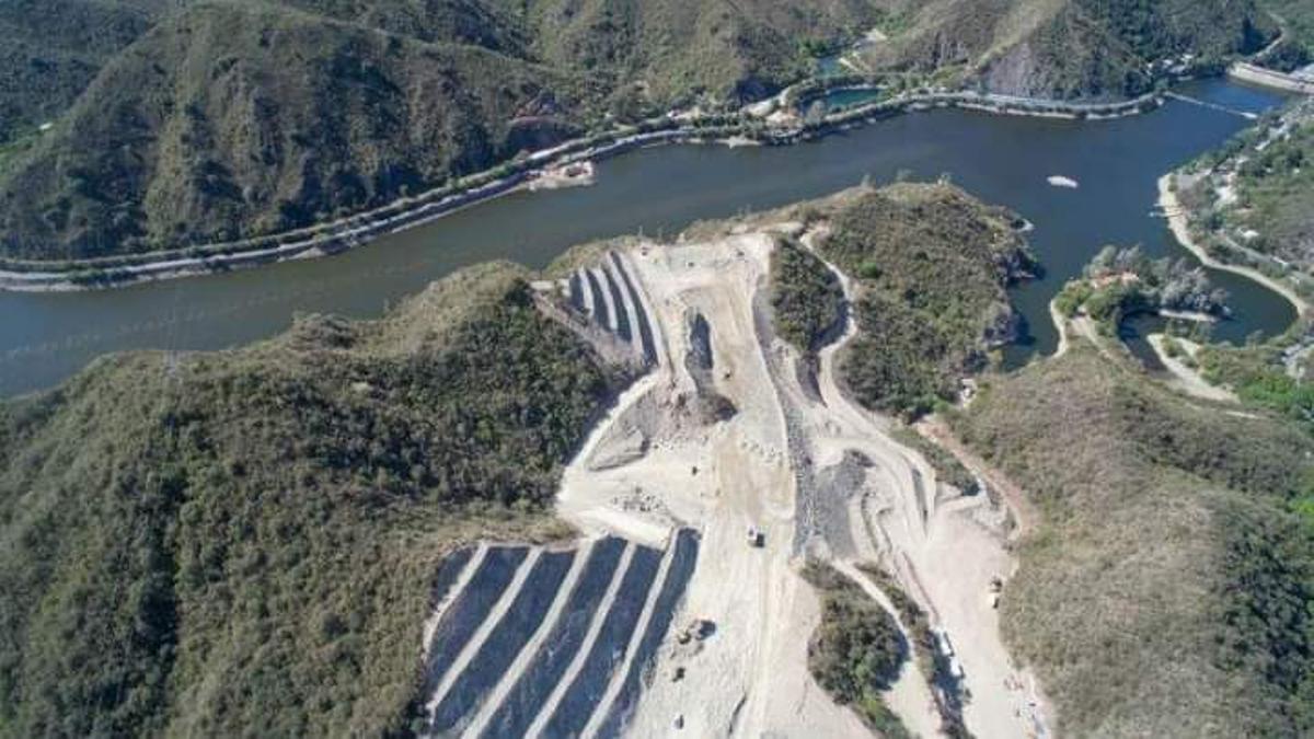 La autovía de Punilla, una ruta de cuatro carriles de 43,5 kilómetros de extensión que unirá la variante Costa Azul –es uno de los ingresos a Villa Carlos Paz- con la norteña ciudad de La Cumbre; en un trazado paralelo a la vieja Ruta Nacional 38.