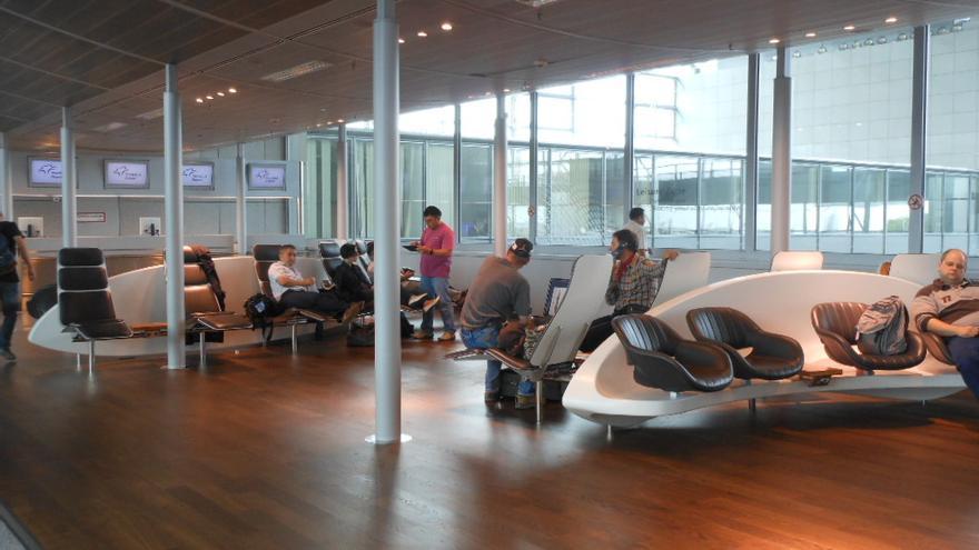 Sala de espera dentro del aeropuerto de Frankfurt
