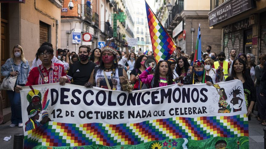 Descolonicémonos: la pancarta que encabezaba el desfile alternativo del 12 de octubre
