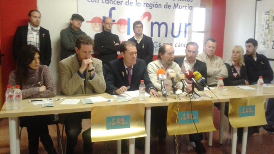 Diversas personalidades han acompañado a AFACMUR en la presentación de su pulsera solidaria