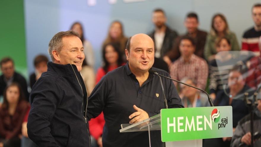 Ortuzar y Jon Aiartza, en un mitin de campaña