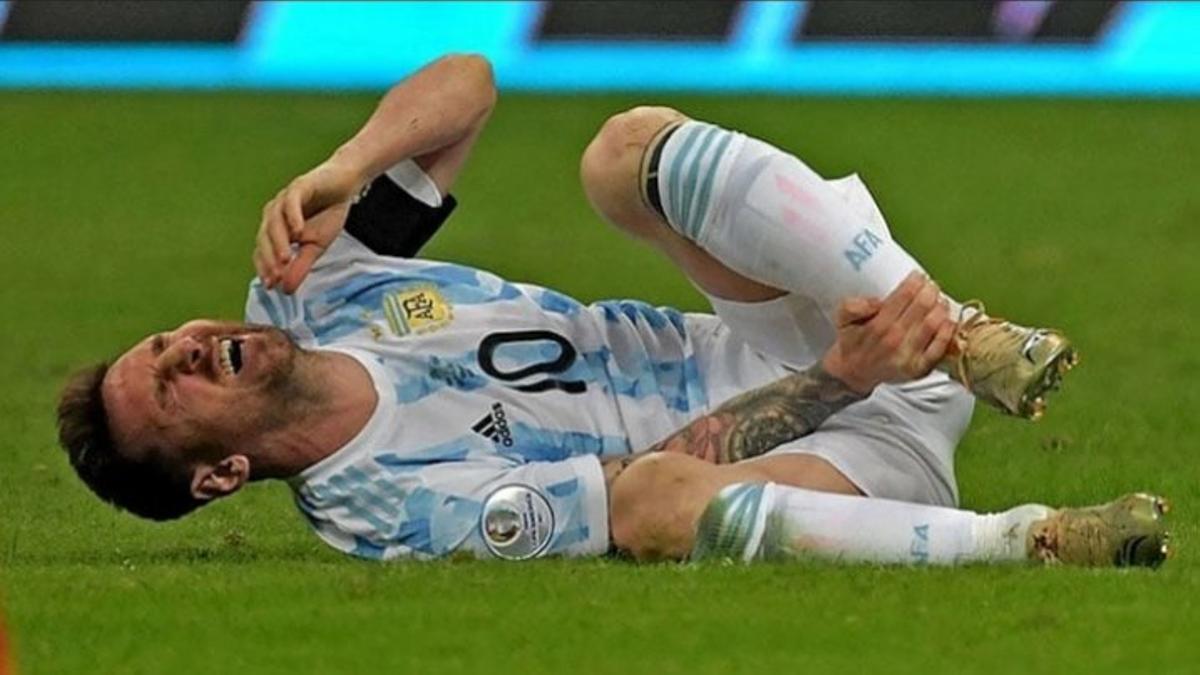 Lionel Messi después de recibir una patada en el partido con Venezuela