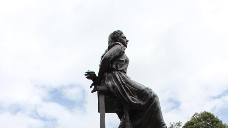"""Charo Feria a los pies de la estatua de Policarpa Salvarrieta """"La Pola"""", heroína de la independencia colombiana y asesinada por traidora, situada en el centro de Bogotá,"""
