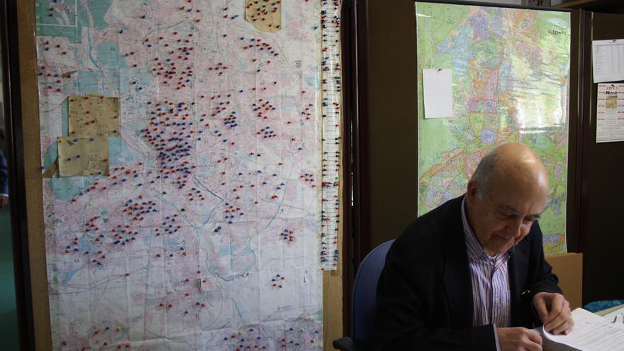 La media de edad de los voluntarios que trabajan en el Banco de Alimentos de Madrid es de 64 años. A las espaldas de uno de ellos, el mapa de Madrid claveteado con chinchetas que marcan la localización de las entidades receptoras de comida. Foto: E. C.
