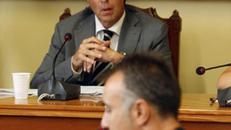 Ángel Víctor Torres -en primer término- escucha al todavía alcalde de Arucas, José Mari Ponce, este martes en el pleno. (ACFI PRESS)