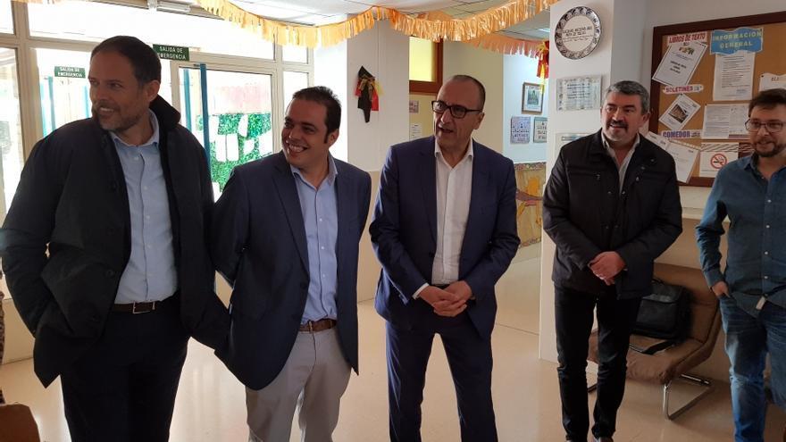 Felipe Faci, consejero de Educación del Gobierno de Aragón, en el centro, visitó el nuevo ciclo de energías renovables de Andorra donde se forman los futuros trabajadores de la zona.