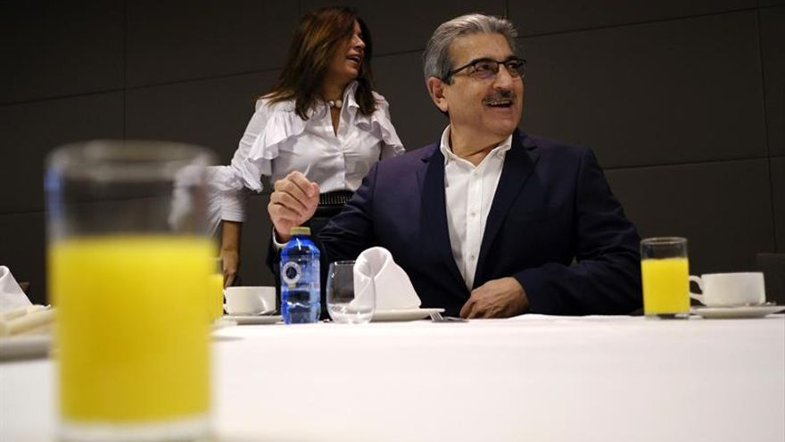 El presidente de Nueva Canarias, Román Rodríguez, junto a la alcaldesa de Telde, Carmen Hernández. (EFE)