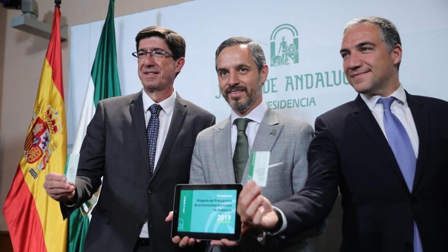 El consejero andaluz de Hacienda, Juan Bravo, presenta los Presupuestos junto a Elías Bendodo (Presidencia) y Juan Marín (vicepresidente).