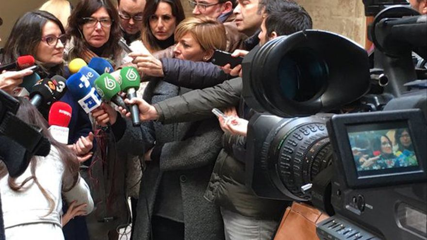 La dirigente de Compromís Mónica Oltra atiende a los medios