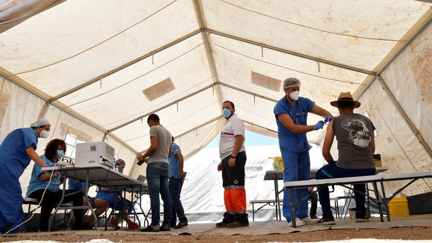 Vacunas masivas a pie de asentamiento para los inmigrantes de Níjar (Almería)