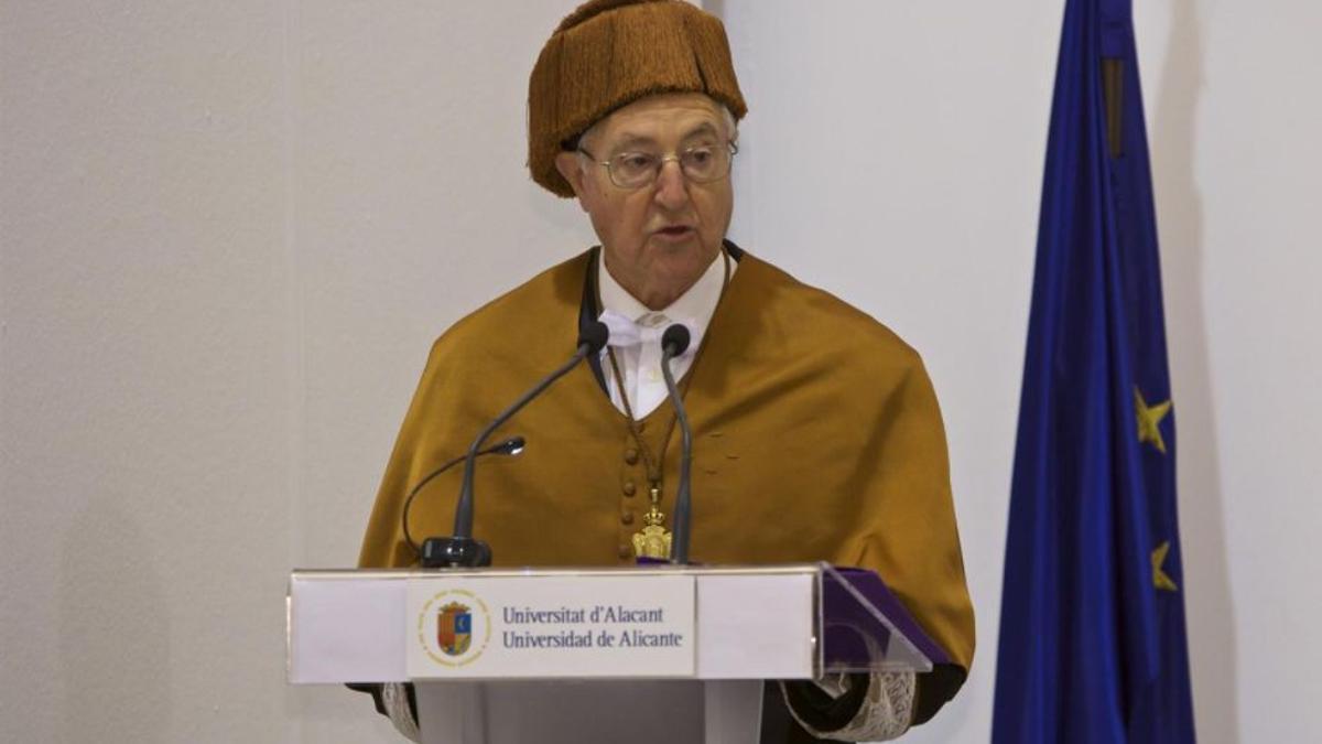Investidura de Tomás Llorens como doctor honoris causa de la Universidad de Alicante.