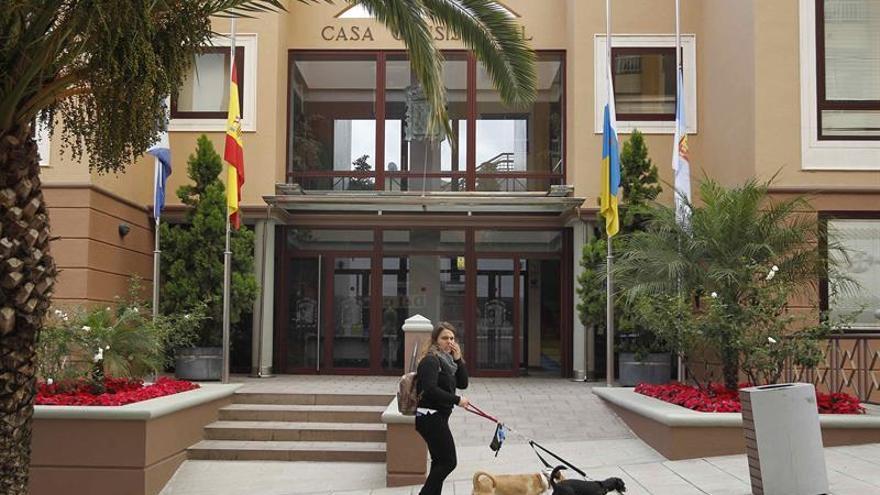 Ayuntamiento de Los Realejos con las banderas mostrando el luto