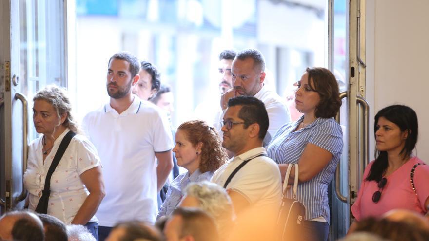Varias personas se quedaron en la puerta. (Alejandro Ramos).