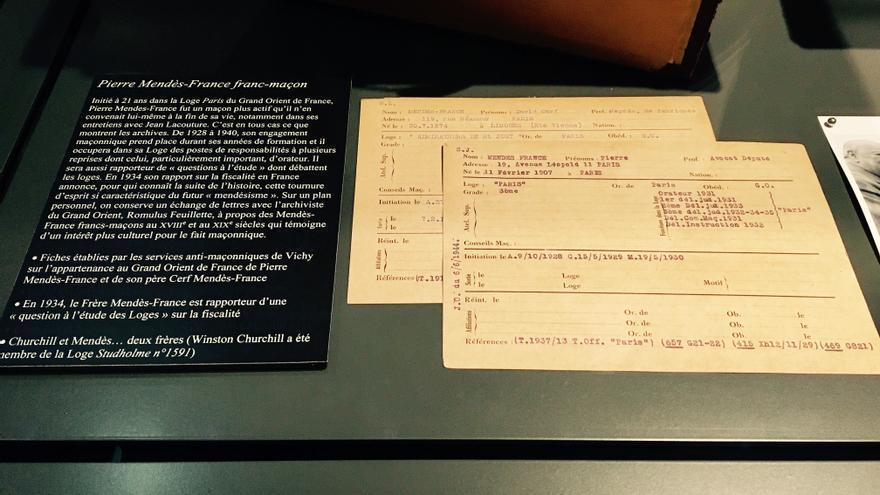 Ficha elaborada por los servicios antimasónicos del régimen de Vichy sobre el ex primer ministro francés Pierre Mendès-France, expuesta en el Museo de la Francmasonería de la rue Cadet de París