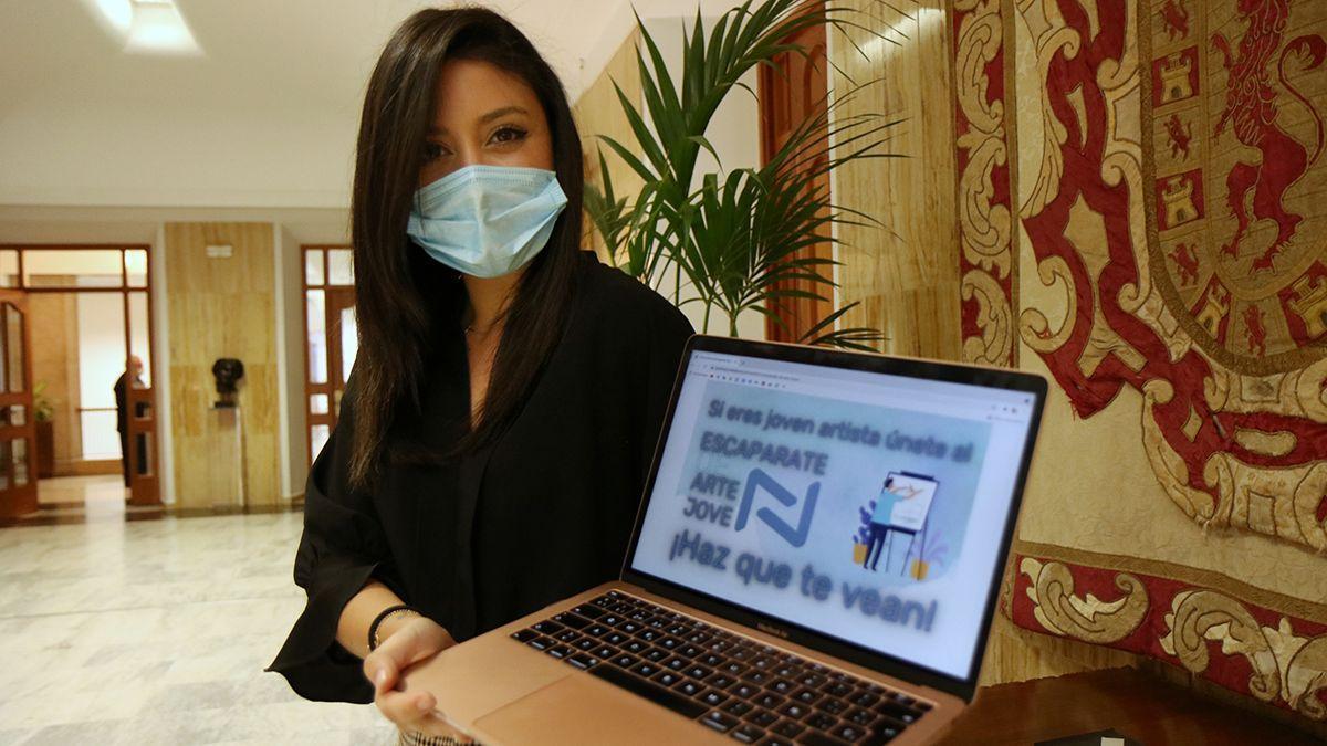 La delegada de Juventud, Cintia Bustos, presenta la web 'Arte Joven'.