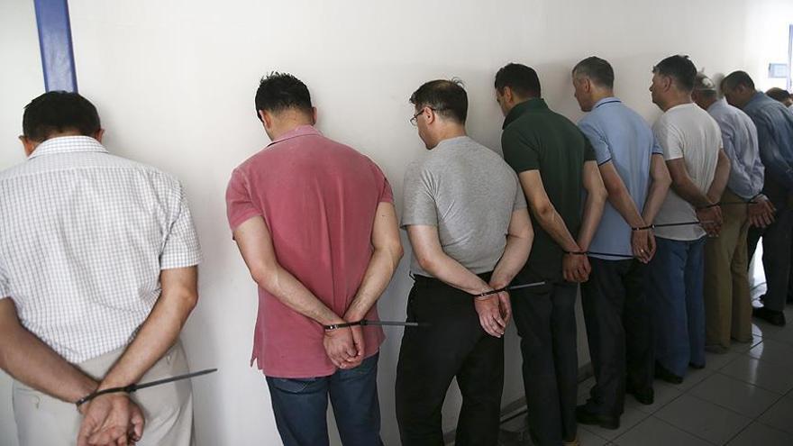 Imagen de militares detenidos horas después del intento de golpe de Estado en julio de 2016. Uno de ellos es el padre de Ece.