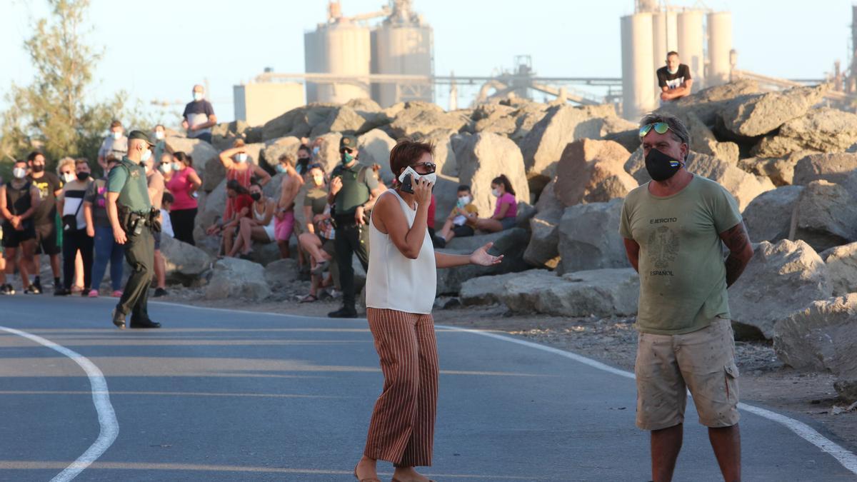 La alcaldesa de Mogán, Onalia Bueno, en el puerto de Arguineguín cuando permanecían hacinadas más de 2.000 personas